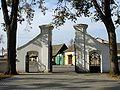 Kłomnice - brama kościoła.jpg