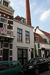 foto van Pand van twee bouwlagen met nok loodrecht op de straat, bestaande uit een middeleeuws eenlaagshuis met kap in de 17e of 18e eeuw vergroot tot (voor)huis van twee bouw