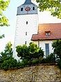 Kleinsachsenheim-Ansicht von Norden mit Kirchturm (Schlüsselloch-Schießscharten) und Langhaus über Kirchhofmauer-11062006.jpg