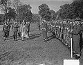 Koningin Juliana reikt vaandels uit aan de Infanterie Kazerne te Amersfoort, kon, Bestanddeelnr 904-7972.jpg