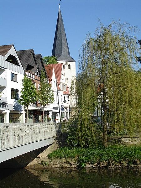File:Laurentiuskirche mit Bolldammbrücke.JPG