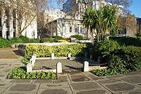 Arriba, lugar en que se situaba el antiguo cadalso de Tower Hill, donde Tomás Moro fue decapitado. Abajo, placa conmemorativa en el sitio del antiguo cadalso de Tower Hill, en la que el nombre de «Sir Thomas More» figura entre los de otros notables ejecutados en el sitio.