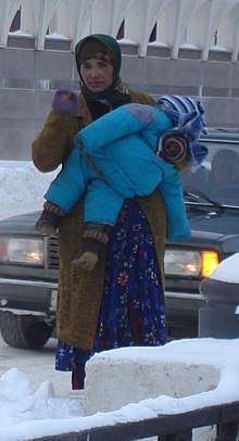 Lyuli woman with child in Kazan, Russia2.JPG
