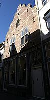 foto van Huis, waarvan het zadeldak aan voor- en achterzijde is afgesloten door topgevels in de trant der zgn. Maaslandse renaissance.
