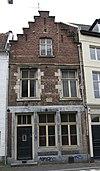 foto van Huis met voorgevel, met moderne trapgevel.