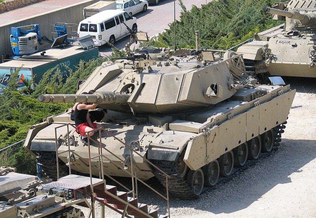 الدبابه Sabra .......التطوير الاسرائيلي للدبابه M60 Patton  الامريكيه  1024px-Magach-7-latrun-5