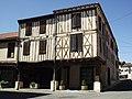 Maisons à colombages à l'angle Nord-Ouest de la place Jean Sénac (Miélan, Gers, France).JPG
