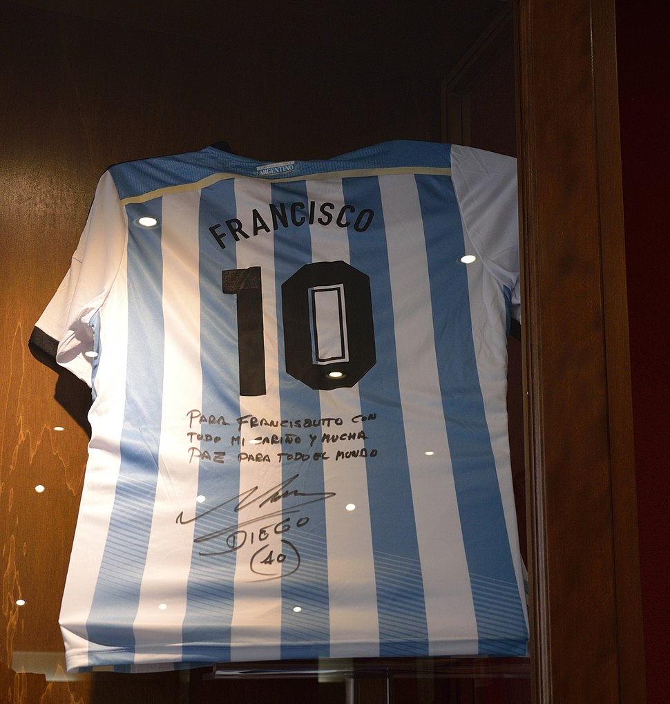 Maradonas's jersey donated to Pope Francis