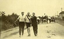 Il maratoneta Thomas Hicks, nel 1904 vinse con l'aiuto di stricnina e brandy fornito dai suoi assistenti durante la gara e collassò dopo aver raggiunto il traguardo