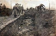 Foto eines Massengrabes bei Vimy (oder evtl. bei Fromelles), wie es zunächst 1916 als Postkarte veröffentlicht wurde