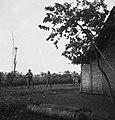 Militairen naderen een huis, Bestanddeelnr 15824.jpg