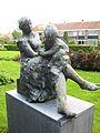 Moeder met kind Hans Bayens.JPG