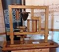 Motore a molla con ingranaggio conoidale di Leonardo da Vinci in una mostra su Leonardo da Vinci al Mulino di Mora Bassa - Morabassa.jpg