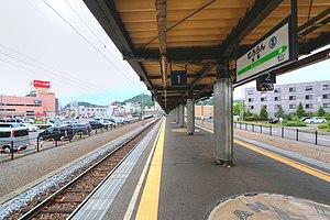 Muroran Station - Image: Muroran Station platforms 20140705