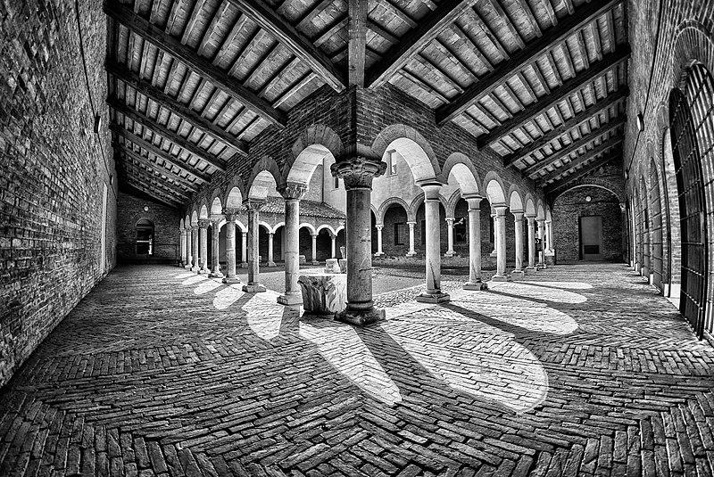 File:Museo della cattedrale - Chiostro 1.jpg