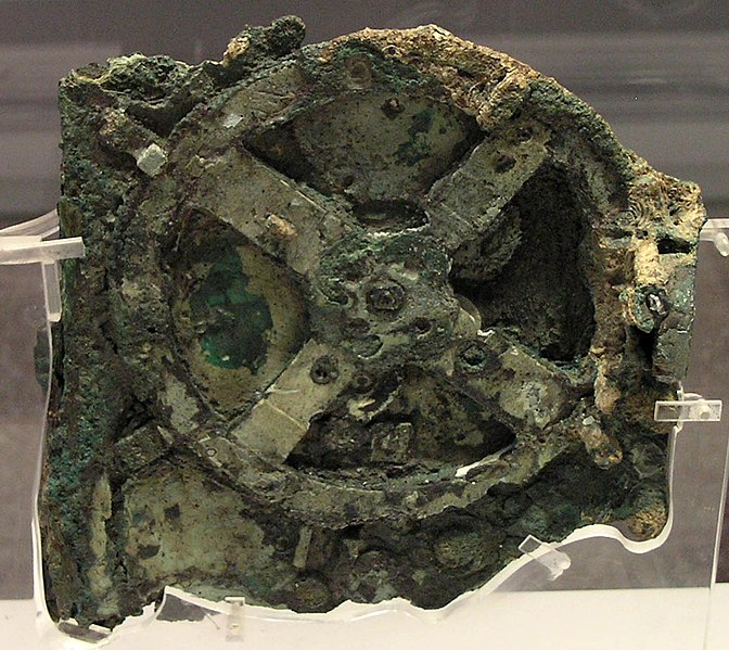 Mechanismus z Antikythéry - největší zlomek. Národní archeologické muzeum, Atény. - zdroj: https://cs.wikipedia.org/wiki/Mechanismus_z_Antikyth%C3%A9ry#/media/File:NAMA_Machine_d%27Anticyth%C3%A8re_1.jpg