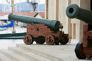Long gun - Long guns on display in front of the Préfecture maritime in Toulon