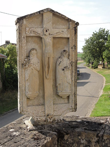 Ollières (Spincourt, Meuse) croix sur le mur du cimetière, recto (calvaire à trois figures)