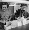 Pakketten bankbiljetten worden geteld, Bestanddeelnr 900-7787.jpg