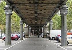 El boulevard Auguste-Blanqui, en el distrito XIII de París, con la línea aérea delmetro.
