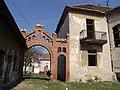 Pinova vila u Zrenjaninu - lučna kapija u dvorištu.jpg