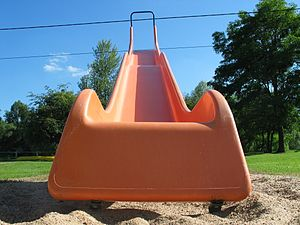 English: A playground slide close-up Français ...