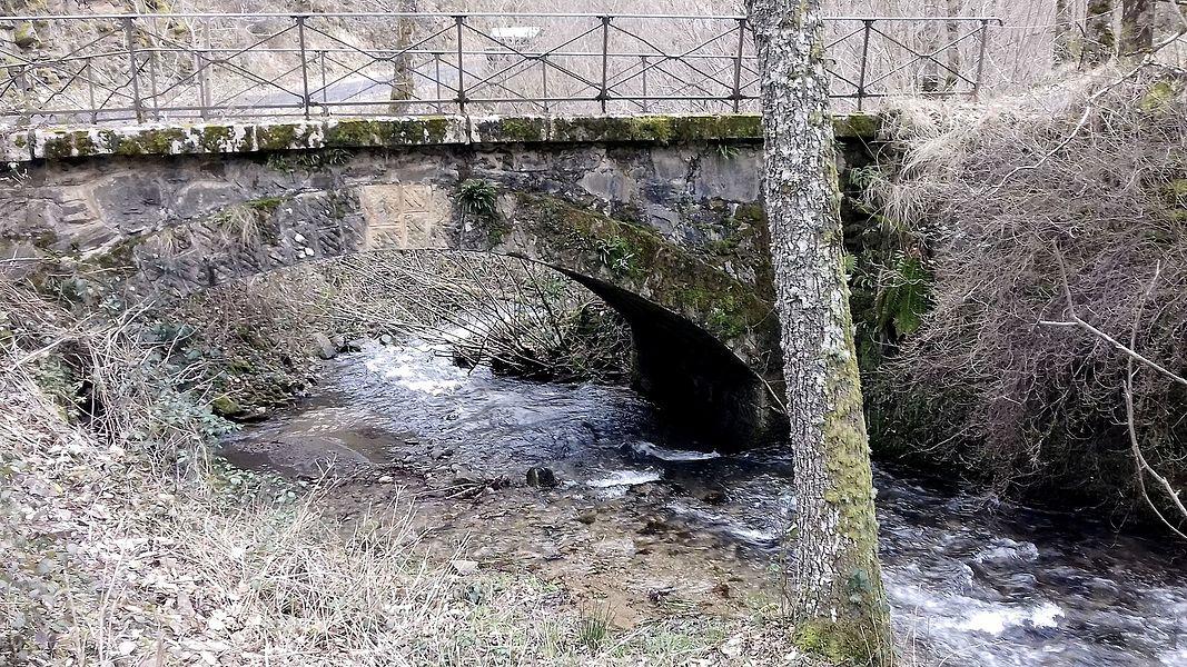 Le pont des Gandalgues qui traverse le ruisseau du Bonance. Pomayrols, Aveyron, France