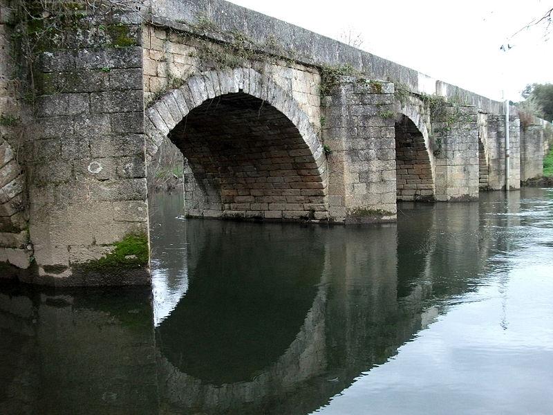 Ficheiro:Ponte Torre Dona Chama Vista jusante margem direita.jpg