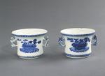 Porslin. Två blomkrukor. Vita med blå dekor - Hallwylska museet - 89104.tif