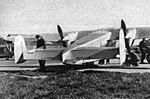 Praga E-210 (1937) pohled na směrová kormidla a motory.jpg