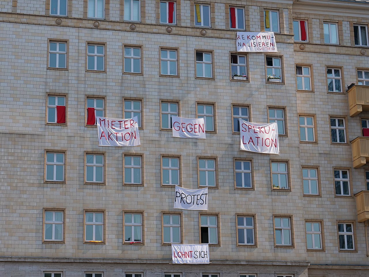 Protest banner at the Karl-Marx-Allee during Mietenwahnsinn demonstration 06-04-2019 10.jpg