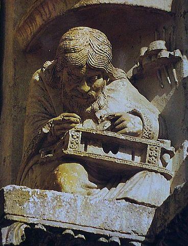 Шартрский собор, статуя Пифагора