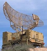 Das israelische Militärradar ist typisch für den Radartyp, der für die Flugsicherung verwendet wird.  Die Antenne dreht sich gleichmäßig und streicht mit einem schmalen vertikalen fächerförmigen Strahl über den lokalen Luftraum, um Flugzeuge in allen Höhen zu erfassen.
