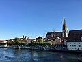 Regensburger Dom ST. Peter im Stadtbild mit Donau.jpg