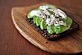 Ristet rugbrød med avocado og sennepsmayonnaise (4638379347).jpg