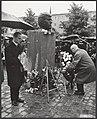 Robert Kennedy herdacht bij het beeld van zijn broer John op het John F. Kennedy, Bestanddeelnr 093-0143.jpg