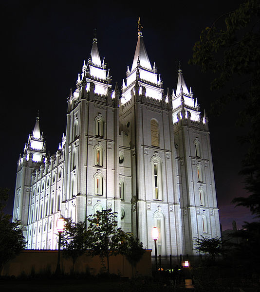 Datei:SLC Temple east side night.jpg