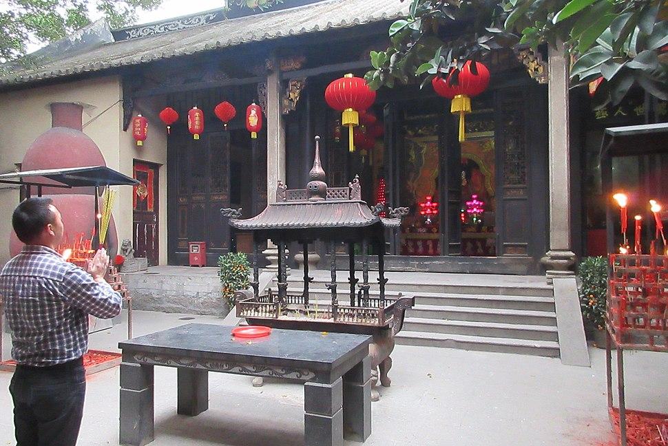 SZ 深圳 Shenzhen 南山大道 Nanshan Blvd 關帝廟 Emperor Guan Temple open garden incense burner n visitors March 2017 IX1