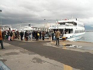 operazioni di sbarco e successivo imbarco passeggeri su un aliscafo diretto verso una delle isole del golfo (Capri, Ischia e Procida)