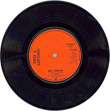 Un disco di Simon and Garfunkel dove sulla destra si legge Side-A.
