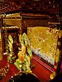 Singapore Buddha Tooth Relic Temple Innen Vordere Gebetshalle 21.jpg