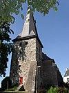 foto van Toren van de vroegere parochiekerk, opgetrokken van ruwe zandsteenblokken, omstreeks 1300