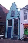 foto van Onderkelderd gepleisterd huis met trapgeveltje