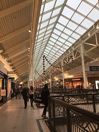 Solomon Pond Mall - Image: Solomon Mall second tier