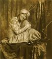 Sophie Taeuber als Odaliske verkleidet, 1914.png