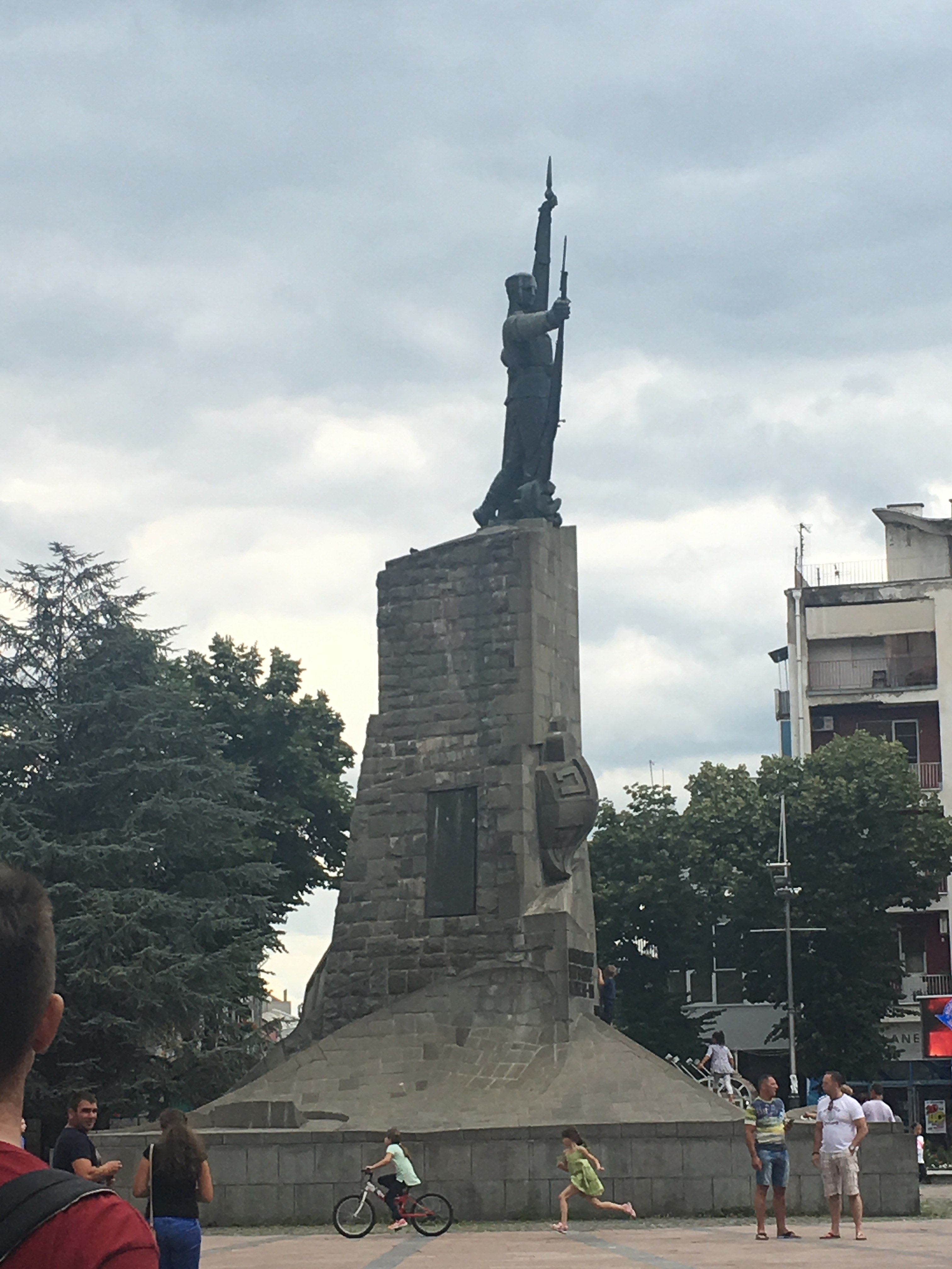 File Spomenik Srpskom Vojniku U Kraljevu Jpg Wikimedia Commons
