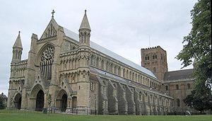 St Albans Abbey na restauratie.  Een mix van bouwstijlen en een schuin dak.