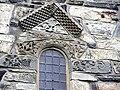 Stiklestad(09)Skibets nordmur, vindue med relieffer (1).JPG