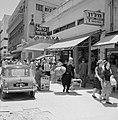 Straatbeeld van allerlei reklame-uitingen en met winkelend publiek, Bestanddeelnr 255-1761.jpg