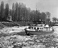 Sugovica (Kamarás-Duna), 0+150m, a JÉGTÖRŐ VI halad kifelé a Dunára a Türr-emlékmű mellett. Fortepan 10833.jpg